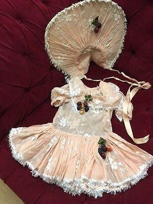 Rarität Antikes Biedermeier bestickte Spitze Kinder Kleid Hut Seidenband Nr.E3