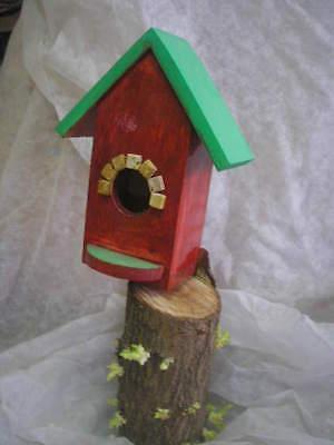 CASITA NIDO de madera para pájaros + regalo de cereales. Color rojizo.