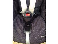 Maxi Cosi Pearl Car Seat (Black) and FamilyFix ISOFIX Base