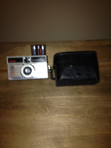 VINTAGE KODAK INSTAMATIC 200 CAMERA