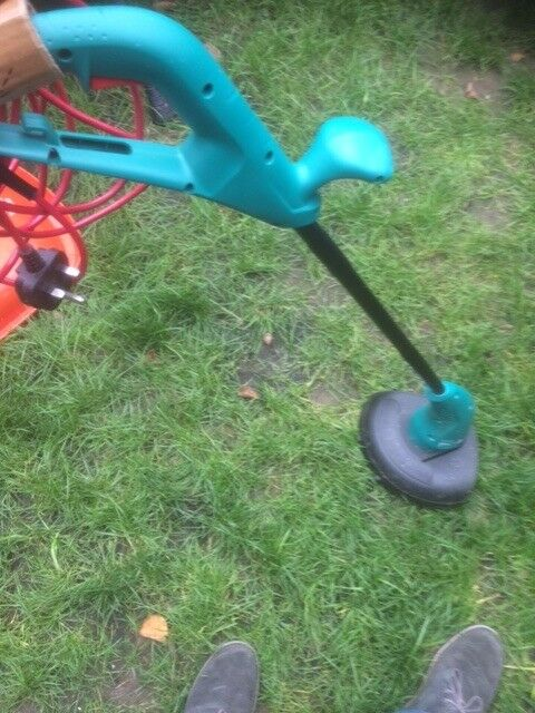Bosch Lawn trimmer, great condition used a few times, moving to Canada so need different voltage