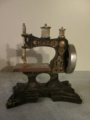 Tolles Modell einer alten Nähmaschine Polyresin 18 x 20 cm