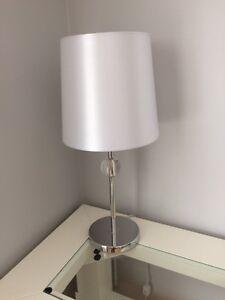 lampe blanche et chrome