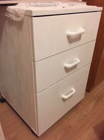 White Chest of Drawers in Good Condition