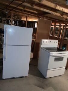 Cuisinière et réfrigérateur blanc très propre 450 760 9190