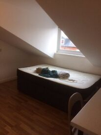 DECEMBER RENT FREE - Room in student house in Selly Oak, 5 min walk from University of Birmingham