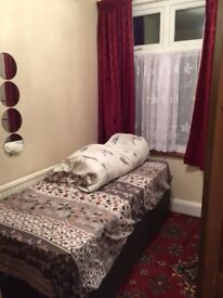 Single and Double rooms to Rent in Ilford/South park road. 80/110 per week.
