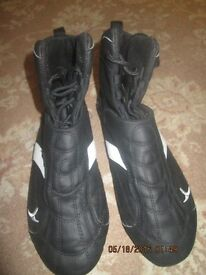 like new condition domyos boxing shoes, only worn once. they are a great buy.