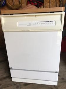 Lave-vaisselle Maytag portatif très pratique en appartement.