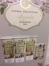 BNWT *M&S* Floral Collection Magnolia Weekender Bag With 4 x Toiletries GIFT