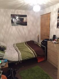 Double room with en suite bathroom in 3 bed flat close to heart of Reading