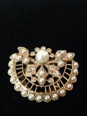 VINTAGE GOLD TONE FAUX PEARL AND RHINESTONE SCARF CLIP STUNNING!