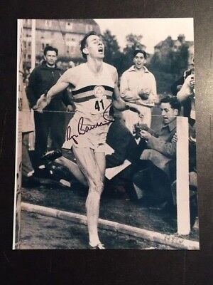 ROGER BANNISTER SIGNED 8 X 10 PHOTO OF HIM BREAKING 4 MINUTE MILE IN 1954