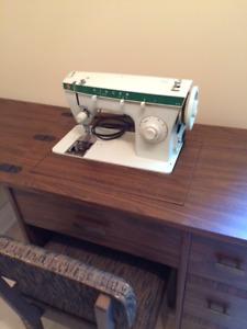 Machine à coudre avec meuble