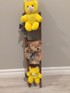 Decorative wooden ladder with bears