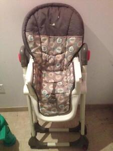 Chaise haute très propre / Highchair in very good condition