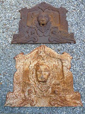 face de fontaine tete de lion et anges en fonte rouillé , jet d eau , étang .