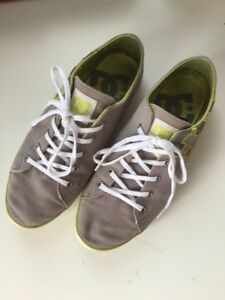 2 paires de souliers et 1 paire de sandale.