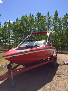 Centurion Avalanche Wake and Surf Boat