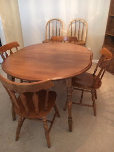 Wood dining room table & chairs with two matching bar stools