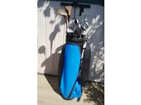 BLUE GOLF BAG AND SET OF 14 GOLF CLUBS IDEAL FOR A BEGINNER