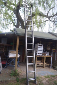 32' aluminum extendable ladder great condition!!