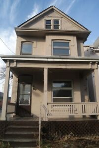 Large 4 Bedroom Single Family High Ceilings Central Hamilton