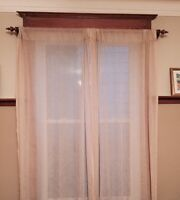 CURTAINS WITH DECORATIVE WOODEN ROD