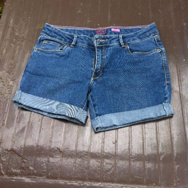 Levis Signature Flare Fit ladies  shorts. Size 16. In good condition.