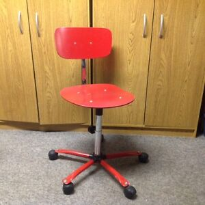 Chaise ordinateur usagée en bois de couleur rouge