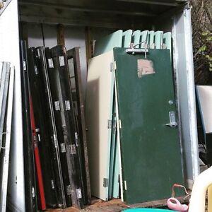 Portes pleines en bois avec cadrage d'acier