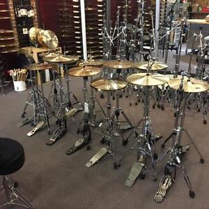 Lot Stands de marques variées selon les arrivages : stands de Hi-hats, Snares et de Cymbales