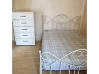 Double room available to rent near Stratford station.