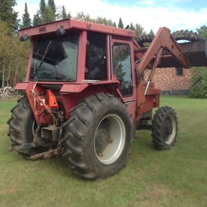 International 586 TRACTOR with implements