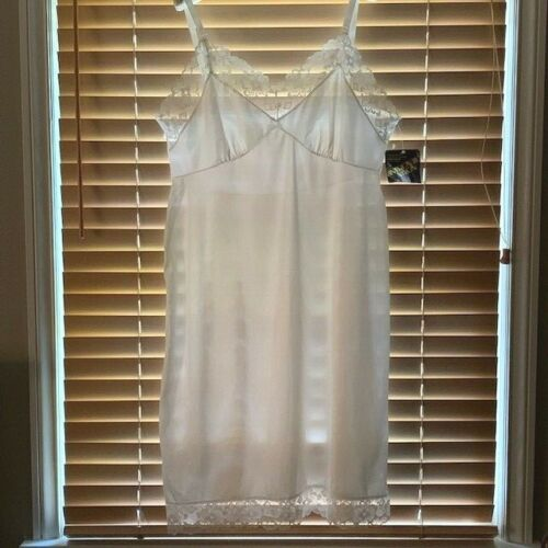 Vintage Mistra NWT White Slip w/ Beautiful Wide Lace Trim @ Top and Bottom. Sz44