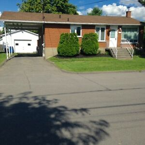 Bungalow tout brique avec garage + spa, Valleyfield