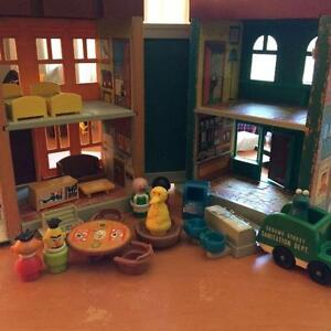 1974 INCOMPLETE FISHER PRICE SESAME STREET APARTMENT