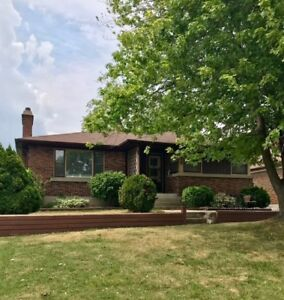 HOUSE FOR RENT IN STREETSVILLE MISSISSAUGA !!