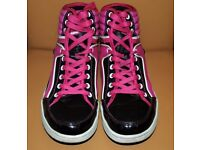 Black & pink sport shoes Nylon Red. Size 7. Good condition.