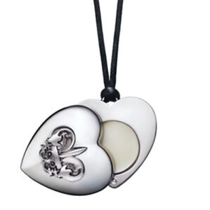AVON-Heart-Shaped-FERGIE-OUTSPOKEN-Solid-Perfume-Necklace-w-FLEUR-DE-LIS-NIB