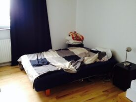 Spacious double room at Stratford