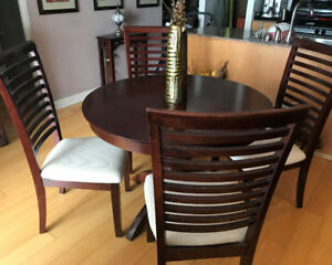 !!! DINING TABLE & CHAIR (4x) SET !!!  *** Condo Friendly***