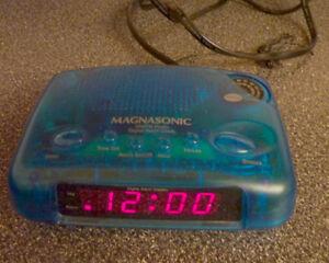 2 AM//FM radios, alarm clock / $ 4 each Kitchener / Waterloo Kitchener Area image 2