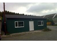 INDUSTRIAL UNIT TO LET. 3000 SQ FOOT. YARD. OFFICES. KITCHEN. HIS/HER TOILETS. £150 PER WEEK.