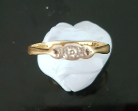 REDUCED! VINTAGE 18 CT GOLD AND PLATINUM RING WITH 3 DIAMONDS