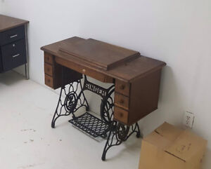 Beautiful vintage Singer sewing machine and table!