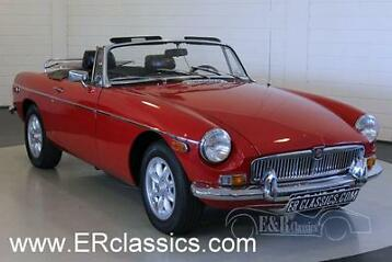 MGB MG B roadster 1974 + 250 oldtimers in showroom