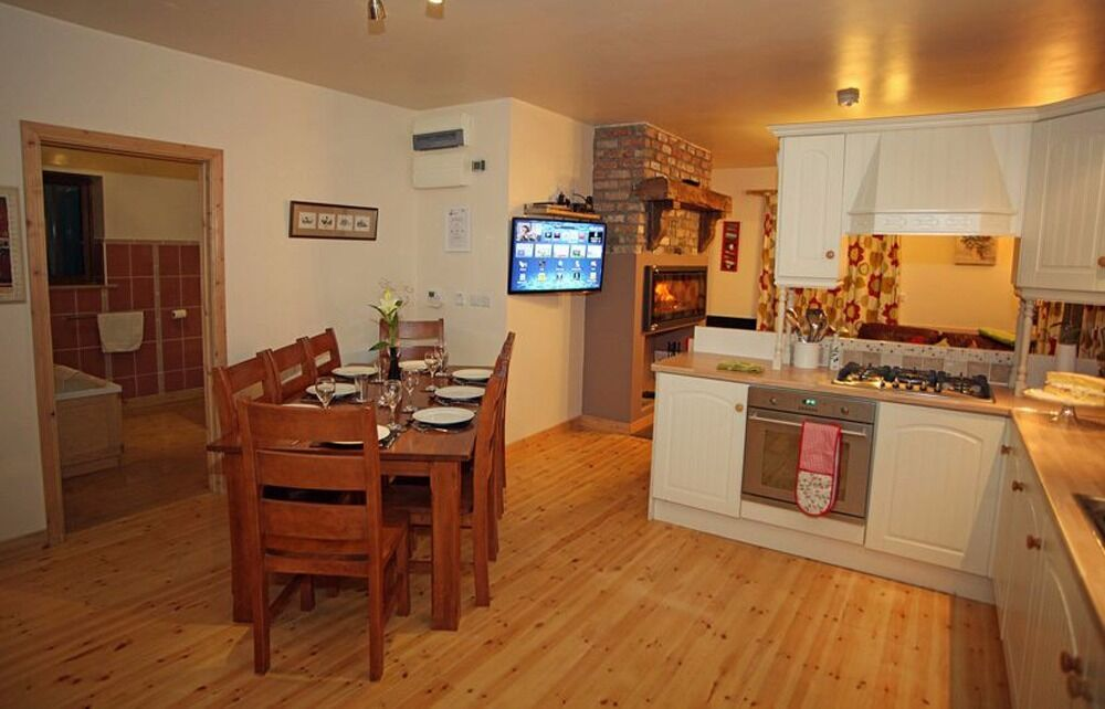 """4* """"Coach house"""": sleeps 8, 4 bedrooms, games room, hot tub & sauna available, pet welcome"""