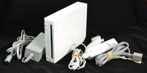 Nintendo Wii  Game System Console [White] Bundle  -RVL-001-USA