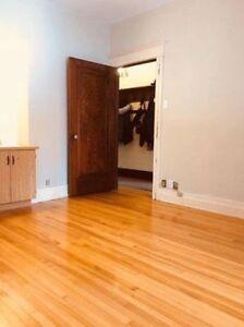 Grande chambre meublée / Large room for rent (Loyola, Lachine)